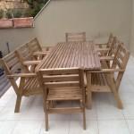 שולחן מלבני ארוך לחצר עם כיסאות. מעץ מלא. במידות שונות ובמבחר עשיר של צבעים.