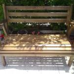 ספסל סטטי בצבע אגוז.