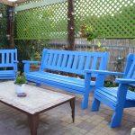 ספסל לגינה בשילוב שתי כיסאות, בגוון כחול. במידות שונות ובמבחר עשיר של צבעים.