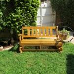 ספסל בדשא מתנדנד. מעץ מלא. במידות שונות ומבחר צבעים עשיר.