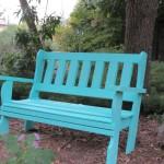 ספסל תכלת בגינה.