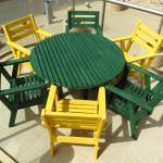 שולחן עגול וכסאות