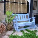 ספסל עץ בצבע תכלת. הספסל מתנדנד. מעץ מלא. במידות שונות ובמגוון עשיר של צבעים.