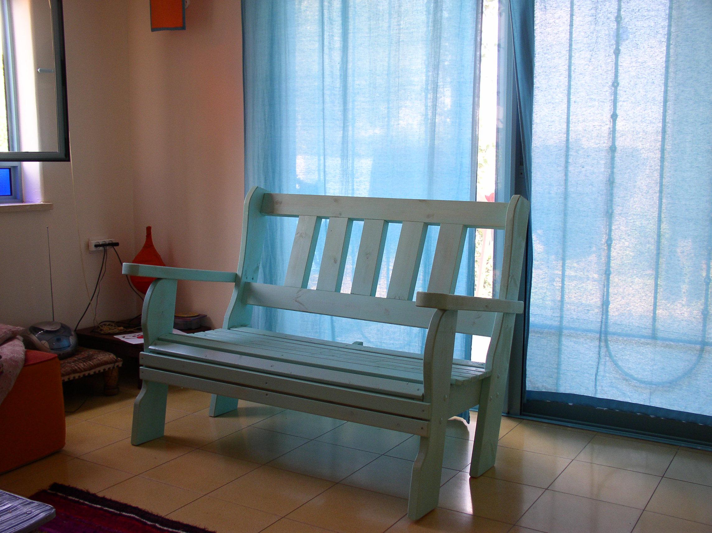 ספסל בתוך הבית.