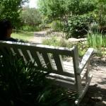 ספסל מתנדנד לנוחות שקטה.