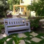 ספסל מתנדנד מעץ מלא. הספסל על ריצוף בשילוב דשא. במידות שונות ובמבחר עשיר של צבעים.