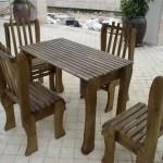 סט ישיבה הכולל: שולחן מלבני גבוה וארבעה כיסאות מעץ מלא. ניתן להזמין במבחר עשיר של צבעים.