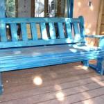 ספסל כחול לגינה, על רצפת עץ. הספסל עשוי מעץ מלא. במידות שונות ובמבחר עשיר של צבעים.