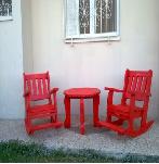 כסאות עם מדרך לרגליים ושולחן בגוון אדום