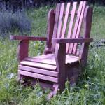כורסה מתנדנדת אדומה. עם מנגנון מיוחד המותאם להתנדנד על הדשא. במגוון רחב של צבעים ומידות שונות.
