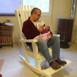 כיסא נוח במיוחד, לשבת עם התינוק. דגם: בלו 83, מעץ מלא, במידות שונות ובמגוון צבעים.