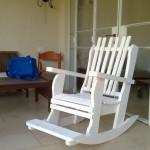 כיסא נדנדה לבן במרפסת. דגם בלו 83. מעץ מלא. במידות לפי דרישת הלקוח. במגוון עשיר של צבעים.