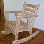 כיסא נדנדה בגוון טבעי. דגם: בקלילות. מעץ מלא.