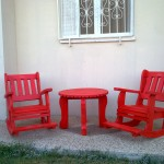 שולחן אדום עם כיסאות דגם: בלו 37. מעץ מלא. במידות שונות ומבחר עשיר של צבעים.