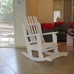 כיסא הנקה מתנדנד בנוחות, עם מדרך לרגליים. דגם: בלו 83.
