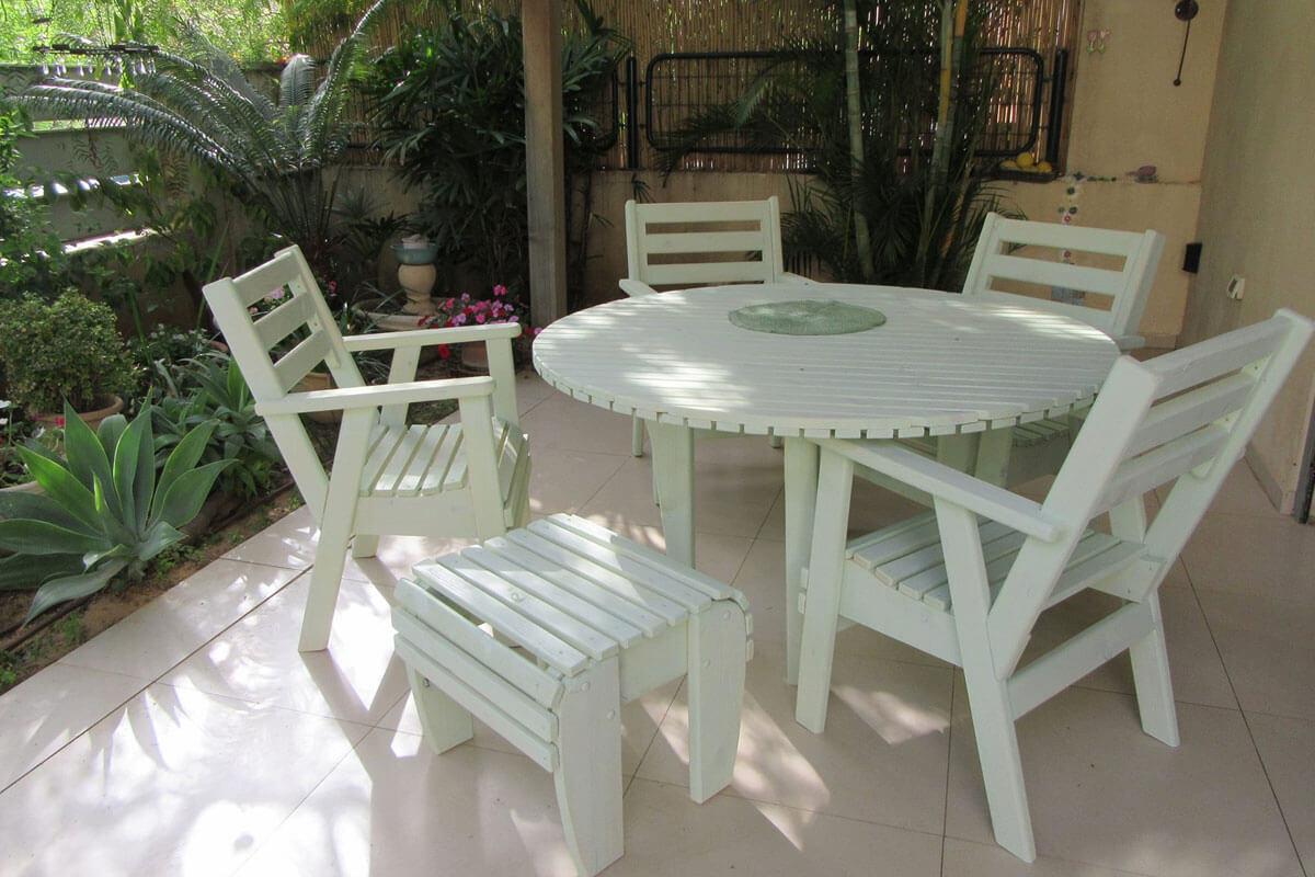 פינות-ישיבה-מעץ-עם-שרפרף