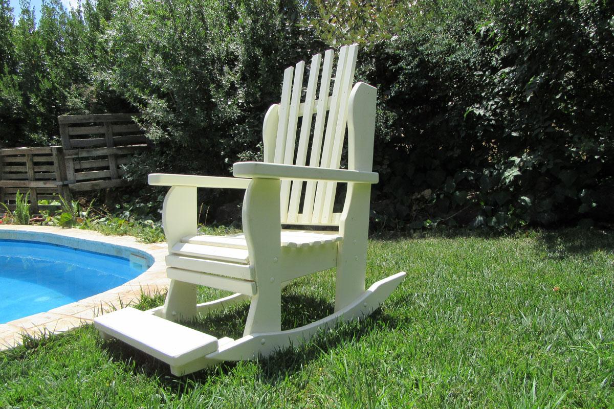 כיסא נדנדה דרך העץ