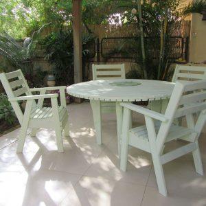 פינת-ישיבה-עגולה---ארבעה-כסאות-ושולחן