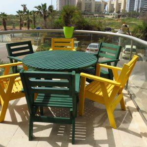 פינת ישיבה עגולה שישה כסאות ושולחן