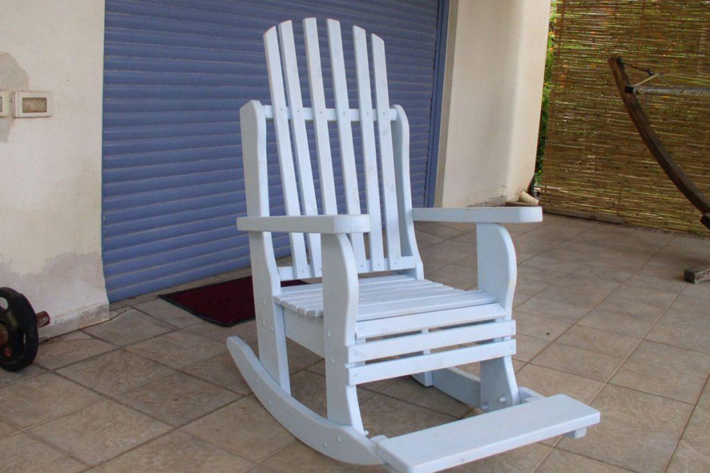 כיסא נדנדה בצבע לבן