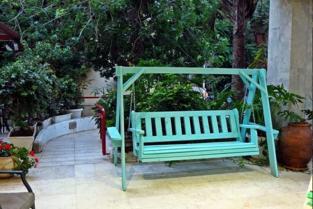 נדנדה לגינה מעץ טיק בצבע ירוק