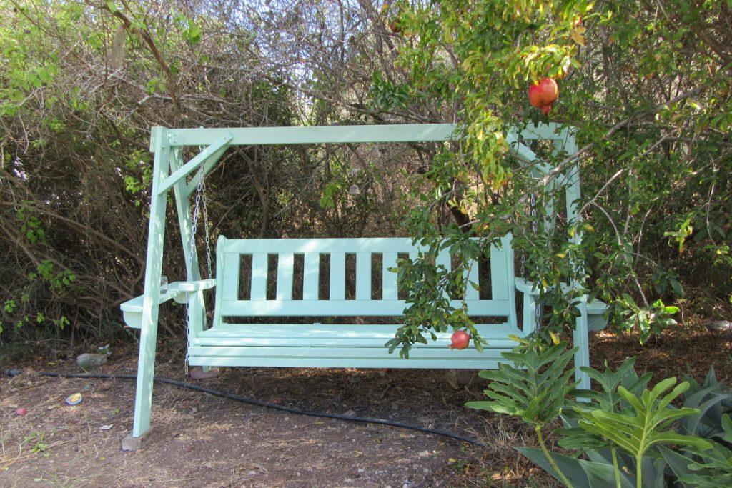 ספסל נדנדה מעץ לתליה בגינה
